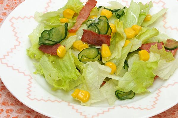 レタスとカリカリベーコンのサラダ