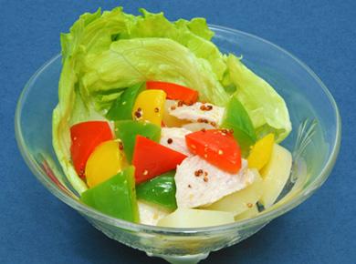 蒸し鶏とじゃがいも、三色ピーマンのサラダ