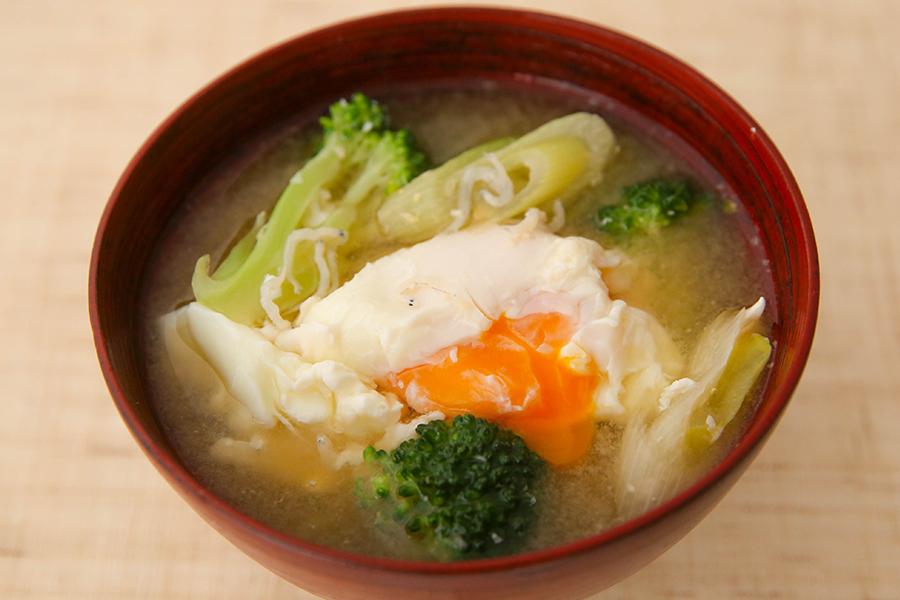 ブロッコリーと落とし卵の味噌汁